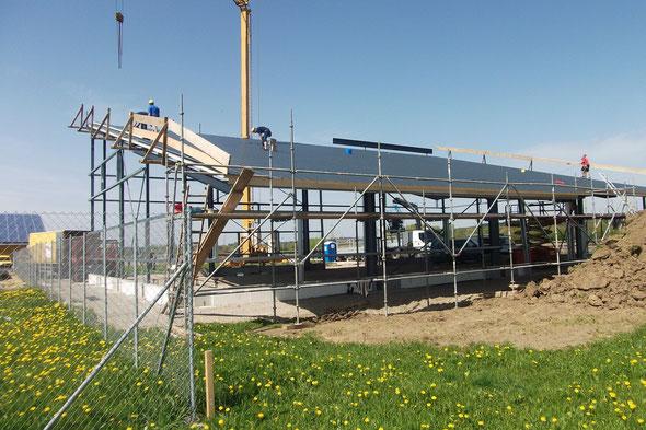 Pultdachhalle B 18 m + 4 m Vordach, Länge 30 m, Traufhöhe 4,20 m - Firsthöhe 9 m in Ulm-Vöhringen im Jahr 2012 mit eigener prüff.Statik und CAD-Zeichnungen.