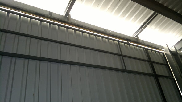 Die Innenkonstruktion besteht aus unseren vorgefertigten Schiebetor-Stahlrahmen mit C-Schienen-Aufhängung.