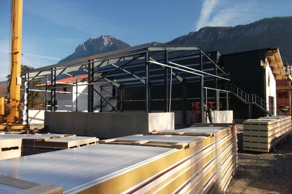 DS-STAHL HANDWERKERHALLE in Kiefersfelden (Bayern) mit speziellen Fundamenten für Betonfertigteilelemente mit 80 cm tiefen Frostriegeln. Bandverzinkte Z-Stahlpfetten und C-Profilwandriegel vom Sadef-Voest Alpine Konzern. Erstellung: Oktober/November 2015