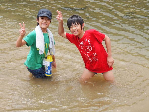 干潟観察をして、川遊びも満喫する子供たち!!