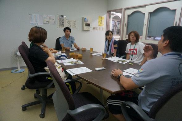 神谷主任と宮里専門職員と打ち合わせしています。