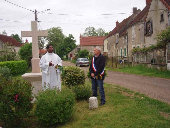 Père Hilary Grégory  et Denis Houchot maire de Garchy lors de la bénédiction de la croix