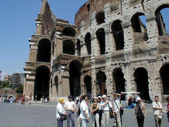 コロッセオ(ローマ)で集合する我が研修団