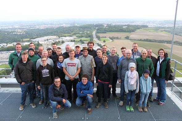 Team der Pflügern und Organisatoren auf dem Turm der Schnapfenmühle, im Hintergrund das Ulmer Münster