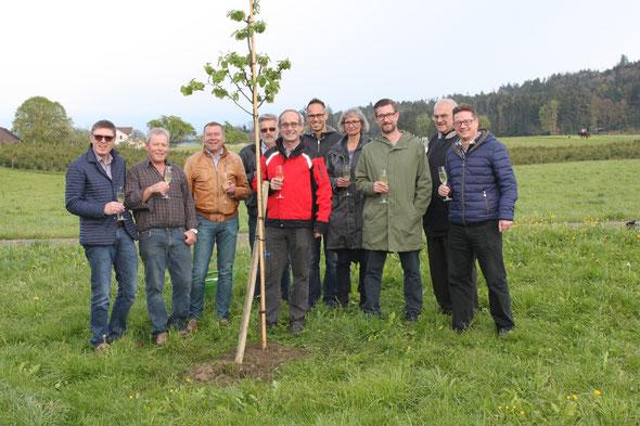Mai 2017: Als Dank für die 12 Jahre im Uzwiler Gemeinderat erhielt Bruno Cozzio einen Quittenbaum: Für den Vorstand der CVP wahrlich ein Grund zum Anstossen!