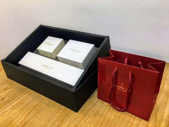 ケースのふたを開けると、中には、ジュエリーボックス,ペーパーバッグと製作セットの箱が収納されてます