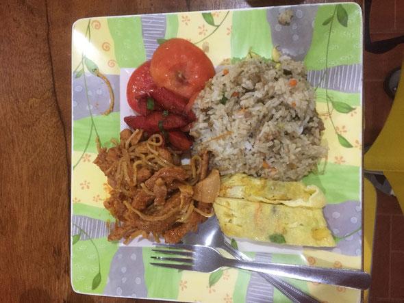 お昼はお皿も変わってランチっぽくなりました(*^^)v