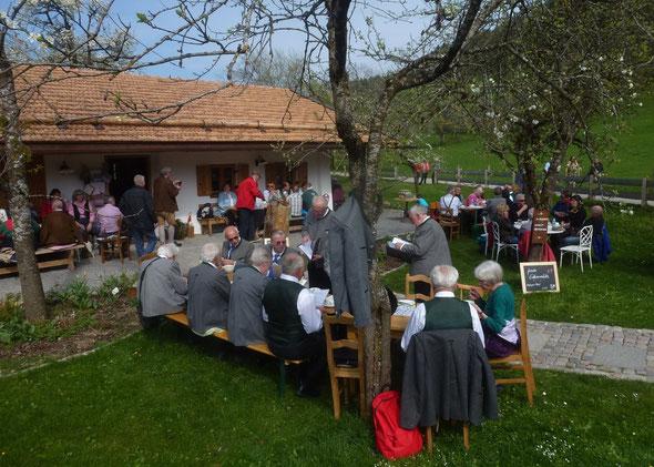 Der Liederkranz unter blühenden Obstbäumen im Garten des Ausflugslokals in Oberbuchberg