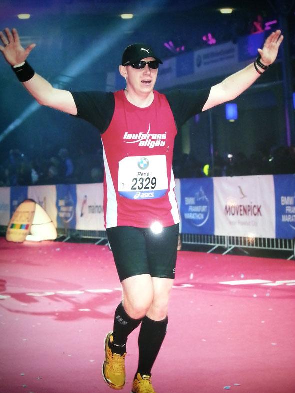 Rene finished erfolgreich in der Main-Metropole Frankfurt den Marathon