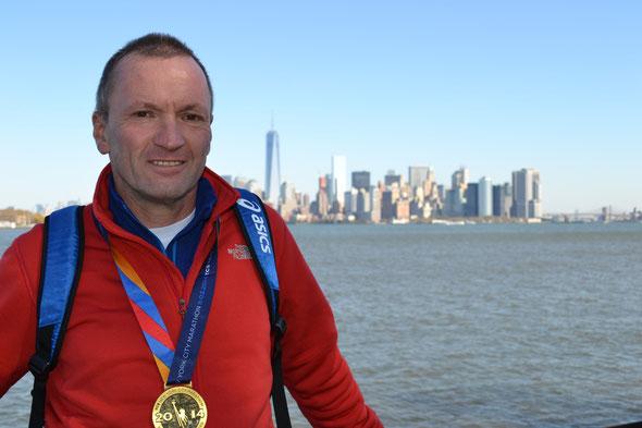 Roland Hamberger vor der Skyline von New York - er finishte erfolgreich beim World-Marathon-Major