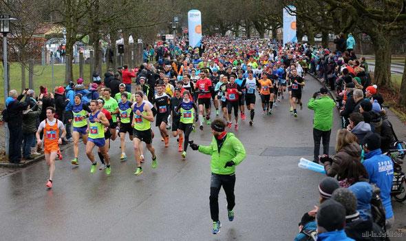 Start zum Silvesterlauf am Illerdamm in Kempten - mit über 11000 Läufern ein absoluter Teilnehmerrekord (Foto: all-in.de/bilder)