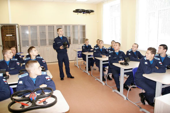 Учебное занятие в классе механики и беспилотных летательных аппаратов / Class in the mechanics and drons office