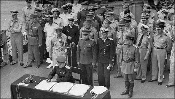 """Генерал-лейтенант К.Н. Деревянко подписывает от имении СССР Акт о капитуляции Японии, 2 сентября 1945 г., линкор """"Миссури"""", Токийский залив"""