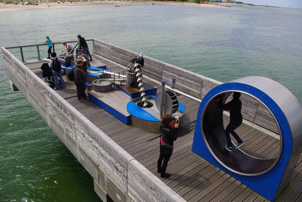 und Wasserspiele für jung und alt auf einem Seitenarm der Seebrücke.