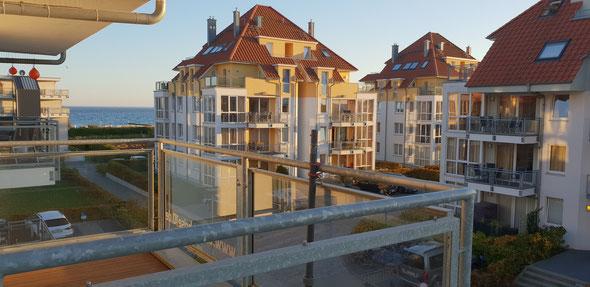 Sonniger Balkon mit seitlichem Meerblick