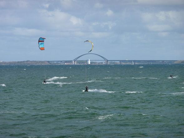 Im Hintergrund die Fehmarnsundbrücke - auf der linken Seite Insel Fehmarn