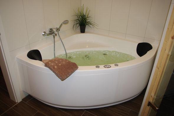 ... entspannender Whirlpoolbadewanne