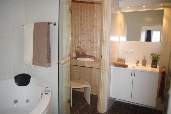 Das luxuriöse Wellnessbad mit Fußbodenheizung, wohltuender Sauna ...