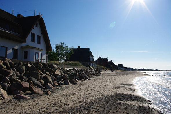 ... den Strand untereinander auf.