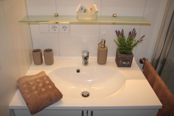 ... Waschtisch mit Spiegel, Baldachin mit Spots, Unterschrank, großer Glasablage und Handtuchhaltern