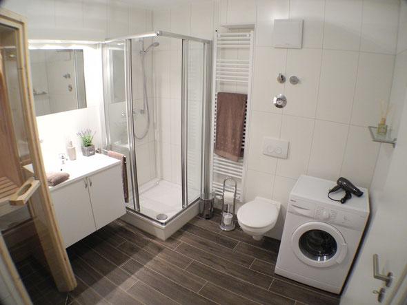 ... Dusche, Handtuchheizung, Waschmaschine und Fön