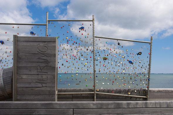 Schlösser aus aller Welt als Zeichen der Liebe finden sich im vorderen Bereich der Seebrücke