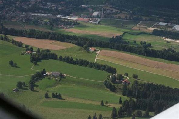 C'est au cours d'un vol en avion en août 2007 que notre membre d'honneur et ancien président, Fernand Vaucher a pris cette belle vue du site du Club Jurassien. Fernand est décédé au début du mois de juin 2015, à l'âge de 97 ans.