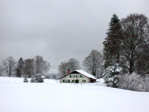 Le chalet dans un magnifique paysage hivernal