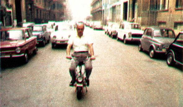 La pequeña Mini Marcellino Italiana circulando por las calles de Ravenna.