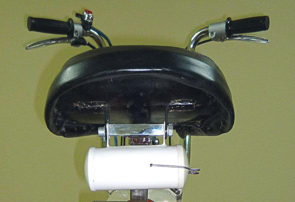 Vista posterior del sillín Primera Serie con su caja de herramientas colgando.