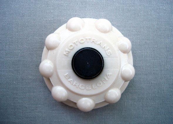 Precioso detalle del tapón de Mototrans para la Mini Marcelino, puro diseño!