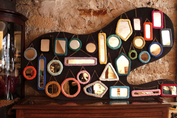 Miroirs, fais de miroirs et coton recyclé. • Mirrors, made with recycled mirrors and cotton.