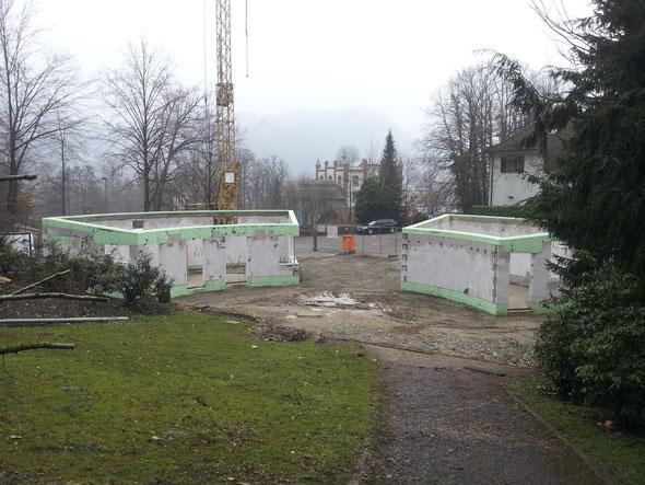 Der neue Eingang sollte längst fertig sein!?!  Zu Ostern 2013 sieht das Ganze so aus: der Rohbau steht. Rechts der Büro- und Mitarbeiter-Teil, links der Kassenbereich, der Kiosk, das Lager und die Toiletten.