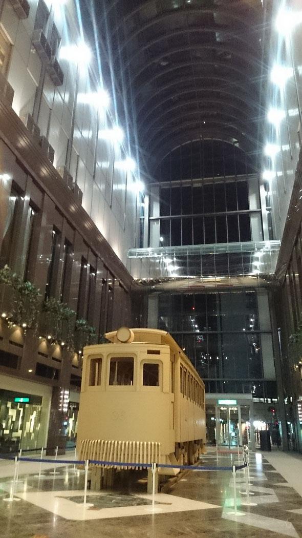 阪急北野線34形36号路面電車(1912年製)原寸模型を特別展示。深夜のアプローズ・ガレリアにて。