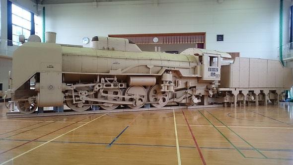 旧吉川小学校体育館に組み立てられたD511162号機