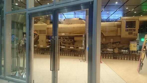 MBS毎日放送本社ロビーに設営されたD51。深夜の撮影。機関庫の中で待機しているようにみえます。