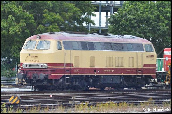 217 002-5 der BahnTouristikExpress GmbH kommt in ex-Bundesbahn-Lackierung daher. Am 15. Juli 2015 konnte ich sie aus dem Zug heraus im Vorfeld des Nürnberger Hbf. fotografieren