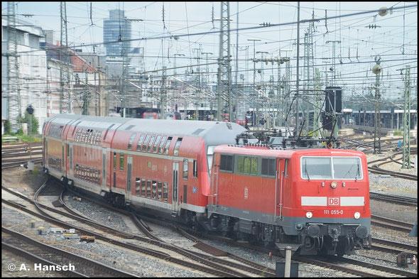 111 055-0 trägt noch die ursprünglichen Scherenstromabnehmer, die der Lok ein nostalgischeres Aussehen verleihen. Am 15. Juli 2015 fährt sie mit Regionalzug aus Nürnberg Hbf. aus