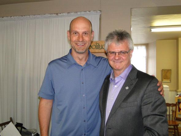 Stéphane Pinel en compagnie du maire de Saint-Léon, Bernard Morin