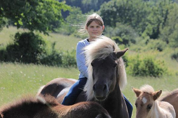 Jana mit 10, ein Jahr später hat sie begonnen ihr Pony einzureiten