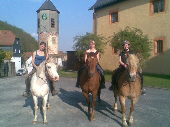 von links nach rechts: Ich, Julia und Mara auf Grace, Lord und Mia