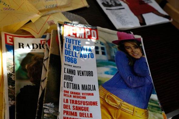 :-) italienische Modemagazine aus den 60ern und Stempel mit meinen Initialen für meine Arbeit! :-)