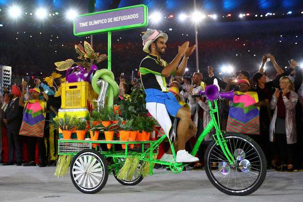 リオ五輪開会式で選手団を率いるカラフルな三輪自転車(ロイター)