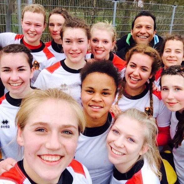 Freudestrahlende Gesichter: die 7er U 18 Nationalmannschaft mit drei St Pauli Spielerinnen nach dem Turniersieg in Gent