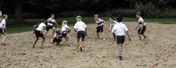 Viel Freude hatte der Rugbynachwuchs aus Heidgraben und des FC St Pauli beim Beachturnier zum Saisonabschluß im Jubiläumsjahr zum 100jährigen Stadtpark Jubiläum. Beide Teams sind auch in diesem Jahr mit dabei. (Foto: Markus Jasker)