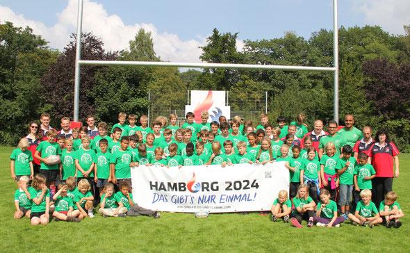 Gruppenbild mit Nationalspielern: die TeilnemerInnen des Rugby-Feriencamp mit Benny  und Samy  (obere Reihe rechts)