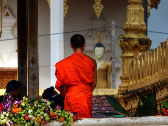 Heilige und Mönche in Pha That Luang  (buddhistischer Stupa in Vientiane / Laos)