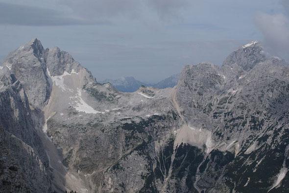 Blick vom Gipfel zu Jalovec (links) und Mangart (rechts)
