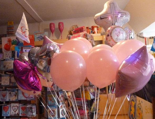 Arrangement aus heliumgefüllten Folien- und Latexballons zur Geburt