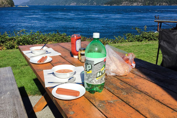 Bohnen,  Würstli und Riebli, ein hervorragendes Mittagessen bei wunderbarem Wetter, trotz Sturm (man glaubt es kaum bei diesem Bild)